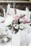 Schnee bedeckte Heiratsblumenstrauß, Dekorationen stockfotografie