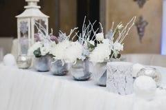 Schnee bedeckte Heiratsdekorationen, Scheine, Schneeflocken stockfoto