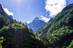 Schnee bedeckte Himalayanmountainrange stockbild