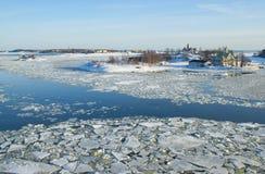 Schnee bedeckte Inseln in der eisigen Ostsee lizenzfreie stockfotografie