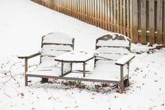 Schnee bedeckte Parkbank Lizenzfreie Stockfotografie