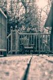 Schnee bedeckte Retro- Muskoka-Stuhl - Stockbild