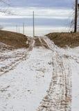 Schnee bedeckte Schotterweg Stockbilder