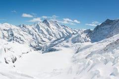Schnee bedeckte Schweizer Alpenberg bei Jungfrau, die Schweiz mit einer Kappe Stockbild