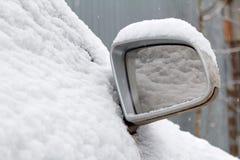 Schnee bedeckte Seitenspiegel der Autonahaufnahme Lizenzfreie Stockfotografie