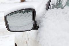 Schnee bedeckte Seitenspiegel der Autonahaufnahme Autos im Winter Lizenzfreies Stockfoto