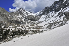 Schnee bedeckte Spitzen und Felsen in Sangre de Cristo Range, Colorado mit einer Kappe Lizenzfreie Stockfotos