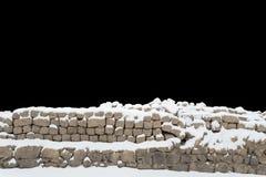 Schnee bedeckte Steinwand Stockfotos