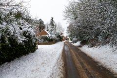 Schnee bedeckte Straße durch Lizenzfreie Stockfotos