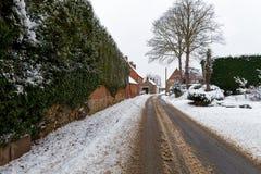 Schnee bedeckte Straße durch Lizenzfreie Stockbilder