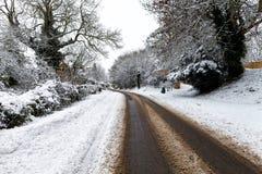 Schnee bedeckte Straße durch Lizenzfreie Stockfotografie