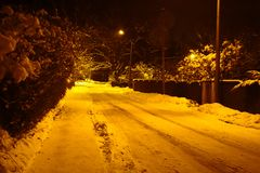 Schnee bedeckte Straße nachts Stockbild