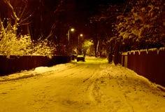 Schnee bedeckte Straße nachts Lizenzfreies Stockbild