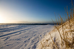Schnee bedeckte Strand an der Dämmerung Stockfotos