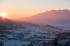 Schnee bedeckte Tal bei Sonnenuntergang Lizenzfreie Stockfotografie