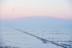 Schnee bedeckte Tal bei Sonnenuntergang Lizenzfreies Stockfoto