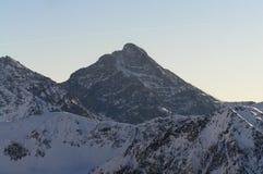 Schnee bedeckter Berg Stockfotografie