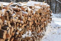 Schnee bedeckter hölzerner Stapel stockfotografie