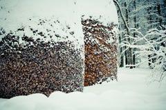 Schnee bedeckter hölzerner Stapel lizenzfreies stockfoto
