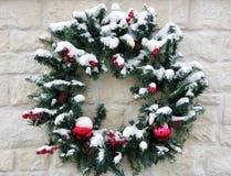 Schnee bedeckter Kranz Lizenzfreie Stockbilder