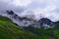 Schnee-beladene Spitzen von Himalajabergen am Tal von Blumen Nationalpark, Uttarakhand, Indien Stockfotos