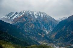 Schnee-Berge mit Autumn Scenery in Szechwan Lizenzfreie Stockfotos