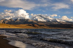 Schnee-Berge und See Stockfotos