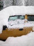 Schnee deckte Auto ab Stockbilder