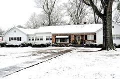 Schnee deckte Bauernhof-Haus ab lizenzfreie stockbilder