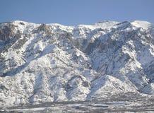 Schnee deckte Berge ab Stockfotos