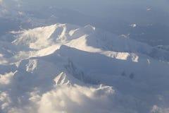Schnee deckte Berge ab Stockfoto