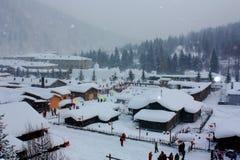 Schnee deckte Dorf ab Stockfotos