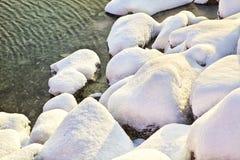 Schnee deckte Felsen ab Stockbild
