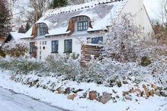 Schnee deckte Häuschen in Dänemark ab stockbild