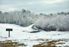 Schnee deckte Hügel am bewölkten Tag ab Stockfoto