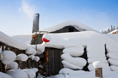 Schnee deckte Haus ab Stockfotos