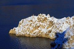 Schnee deckte Küstenklippen ab Stockfoto