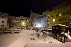 Schnee deckte mittelalterliche Stadt nachts ab Stockfotos
