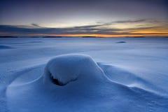 Schnee deckte Stein ab lizenzfreies stockfoto