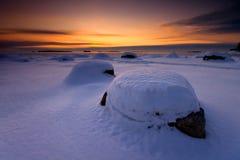 Schnee deckte Steine ab stockbild