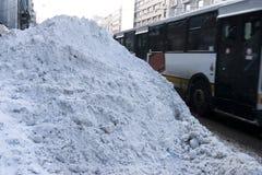 Schnee deckte Straße ab lizenzfreies stockfoto