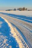 Schnee deckte Straße im winterlandscape ab Stockbilder