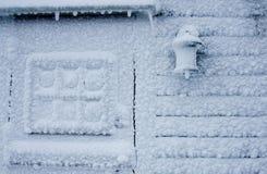 Schnee deckte Wand ab lizenzfreie stockfotografie