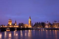 Schnee deckte Westminster nachts ab stockfotos