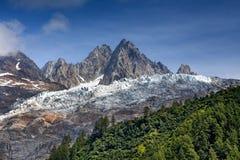 Schnee in den Bergen im Sommer stockbilder