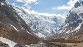 Schnee in den Bergspitzen in Norwegen Lizenzfreies Stockfoto