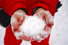 Schnee in den Händen der Nahaufnahme Stockbild