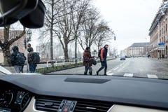 Schnee, der über die französische Straße fällt Lizenzfreie Stockfotos