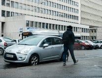 Schnee, der über die französische Straße mit dem Mann geht vor fällt Lizenzfreie Stockfotos