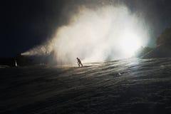 Schnee, der auf Steigung macht Skifahrer nahe einer Schneekanone, die frischen Pulverschnee macht Gebirgsskiort in der Winterruhe Stockfoto
